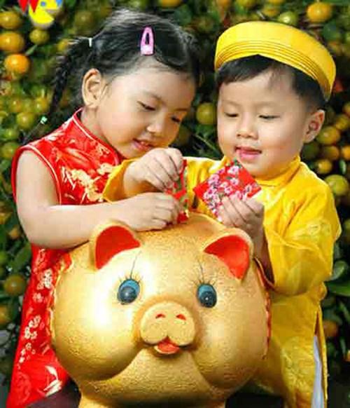 Trẻ con vui mừng khi được người lớn lì xì đầu năm mới.