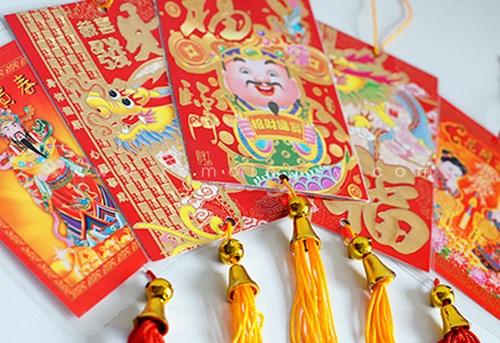 Bao lì xì thường có màu đỏ, với người Châu Á màu đỏ là một trong những màu cát tường nhất trong những lễ hội