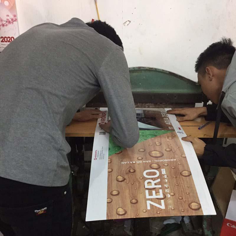 in quyển mẫu sàn gỗ tại công ty TMT